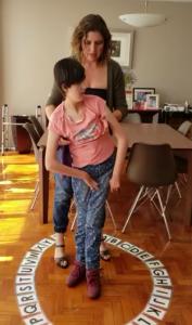 Mary Tere con su mamá usando su método de comunicación.