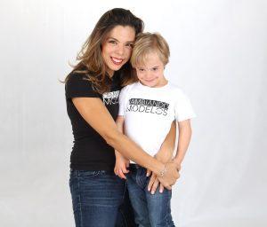 Silke Luzbik abrazando a su hijo.