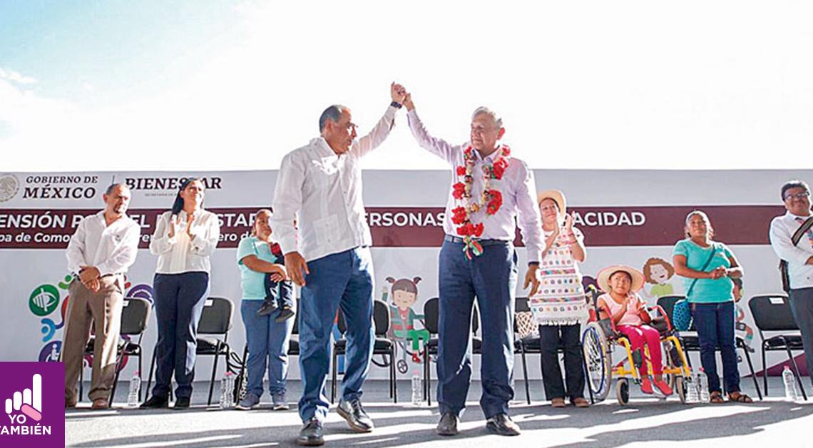 Fotografía del presidente Andres Manuel Lopez Obrador con una persona con discapacidad levantando las manos presentado el proyecto