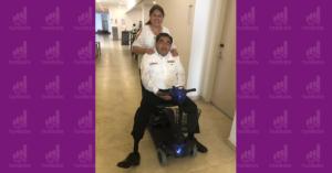 Miguel Barbosa en una silla motorizada con su esposa Charito detrás.