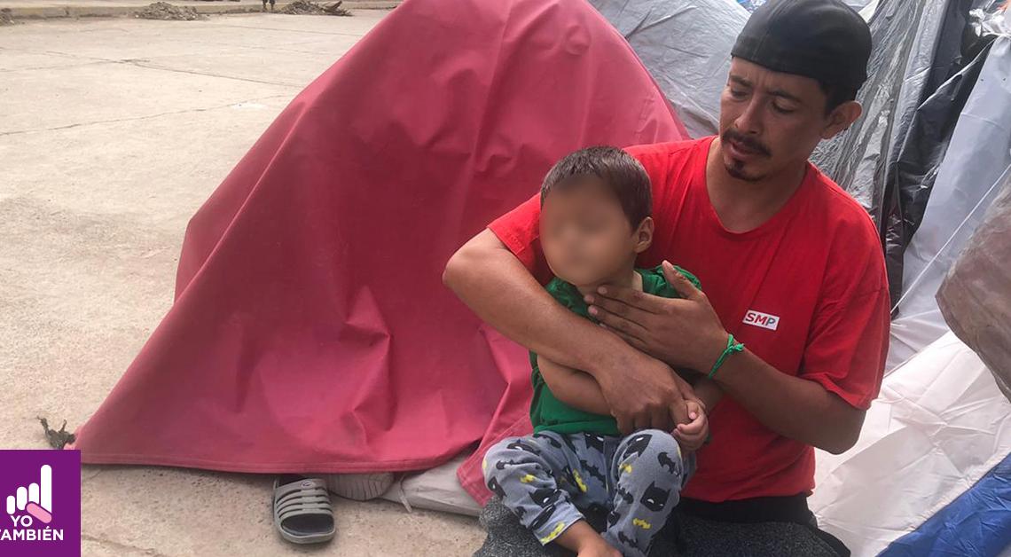 Fotografía de José María con su pequeño, abrazandolo mientras le revisa el pecho