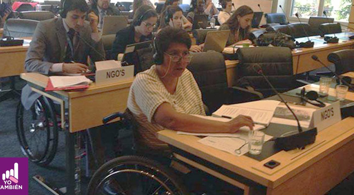 fotografia de mujer con una blusa de rayas en una junta de naciones unidas