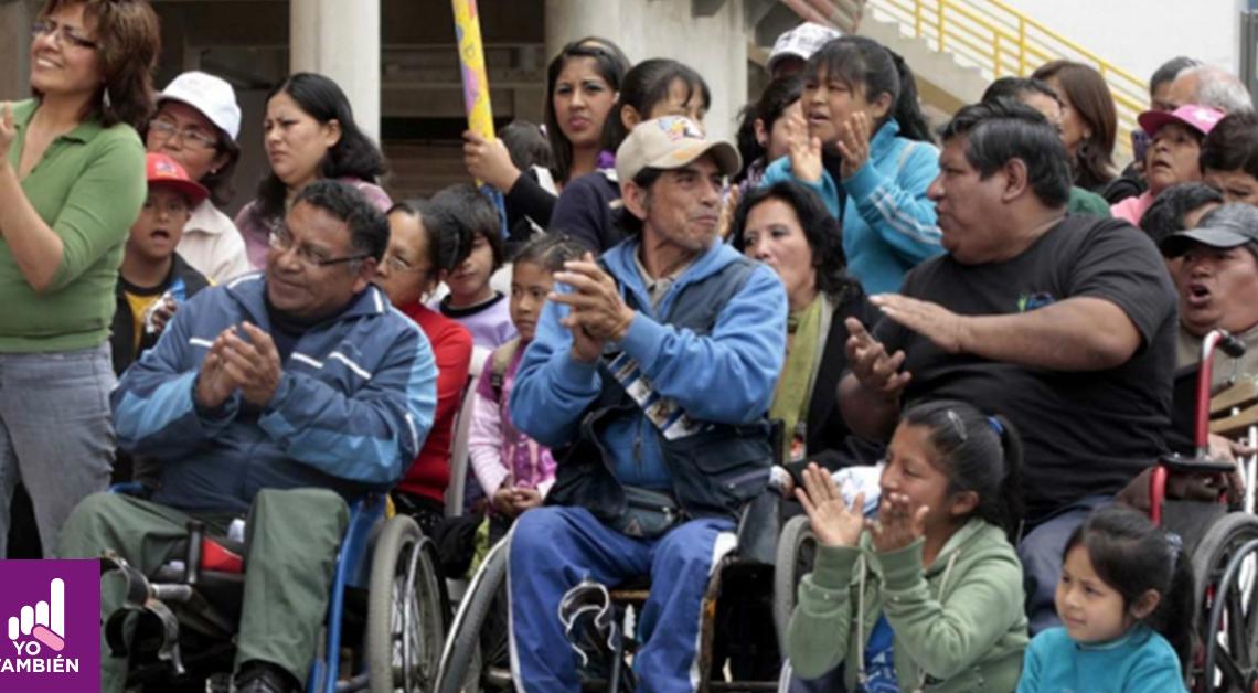 Fotografía de varias personas con PCD sonriendo y aplaudiendo
