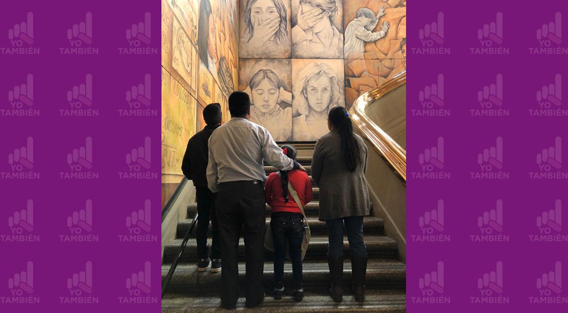 Fotografia de Citlali con su familia de espaldas en la base de unas escaleras viendo hacia arriba
