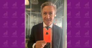 Fotografía de Andres Alegre director general de Emisión del Banco de México con la tarjeta para identificar billetes