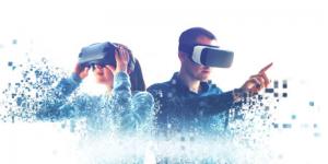 Fotografía de 2 personas, un hombre y una mujer usando lentes de realidad virtual. Los podemos ver de la cintura para arriba y están interactuando con sus manos