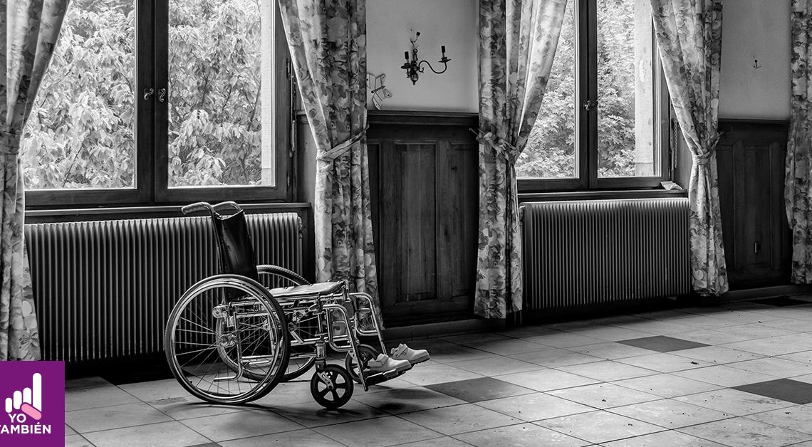 Fotografía de un cuarto donde podemos ver una silla de ruedas sin su ocupante