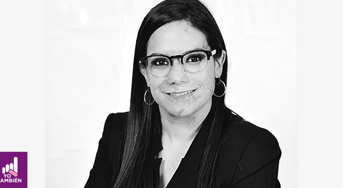 Dibujo del rostro de Maria Díaz Figeroa, esta sonriendo, usa unos lentes y unos aretes de aro.