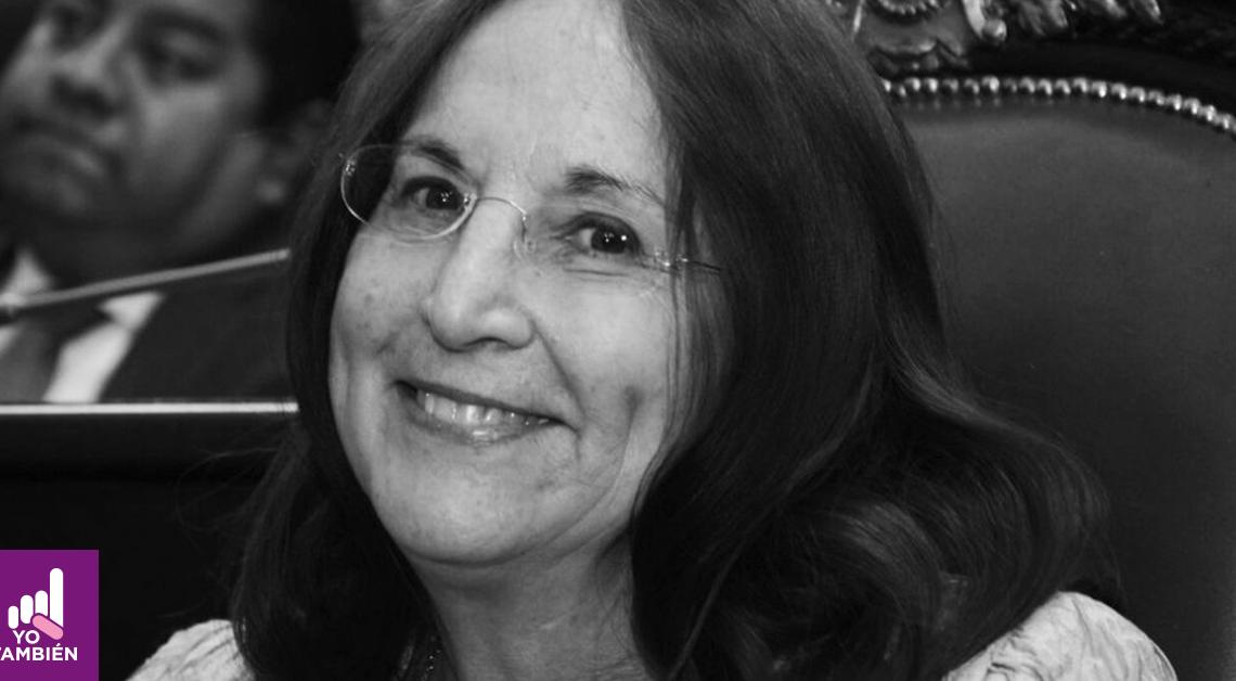Fotografía del rostro de Julieta Fierro, está sonriendo y viendo a la cámara, tiene el cabello suelto y usa lentes