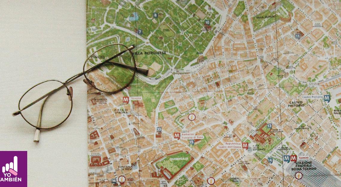 Fotografía de un mapa y unos lentes vistos desde arriba.