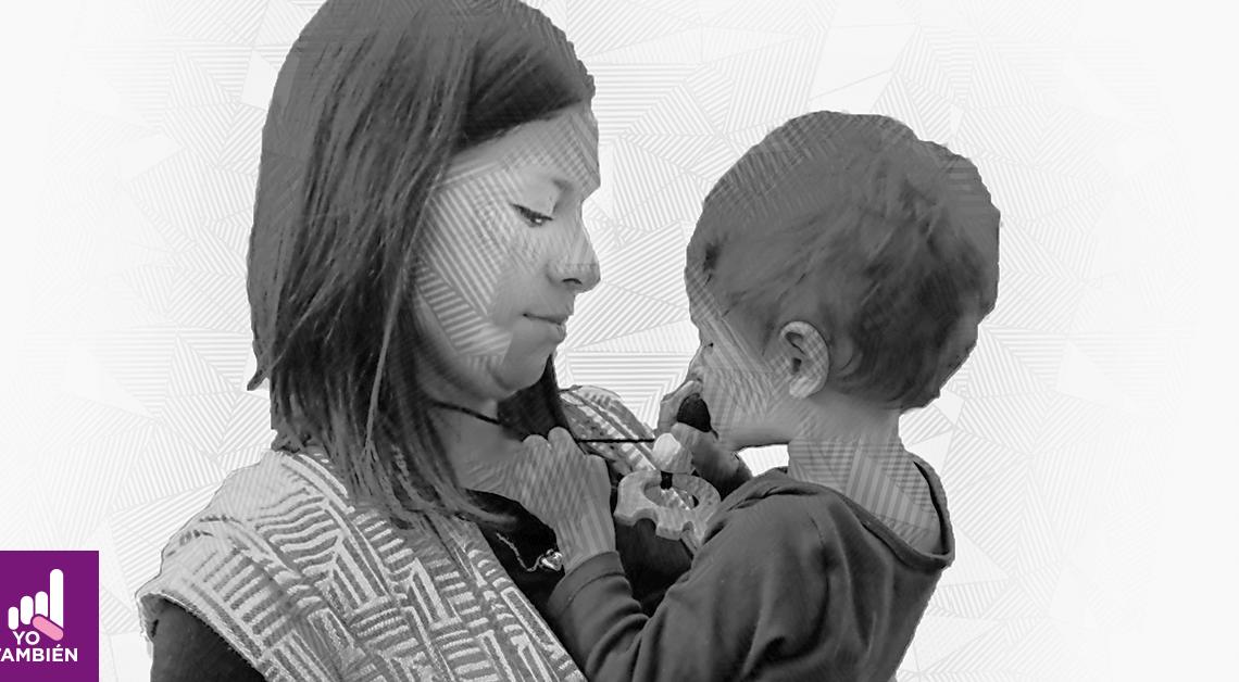 Fotografía de Joey y su mamá, ella lo tiene en sus brazos abrazandolo, ambos están de lado y el está jugando con el collar de su mamá