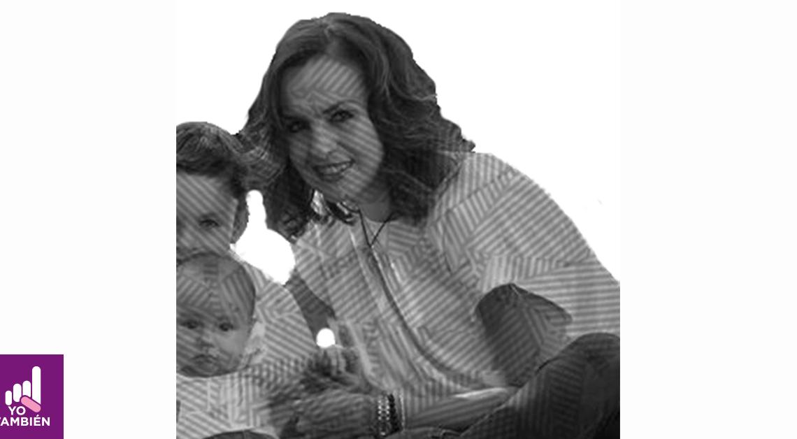 Fotografía de Margarita con sus hijos, están sentados en el pasto, sus hijos están a la izquierda de la fotografía, el mayor tiene al frente a su hijo menor mientras ella los esta abrazando de lado. Todo están viendo hacia la cámara