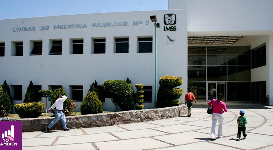 Fotografía de la la entrada de un centro de salud del imss donde alcanzamos a ver a varias personas caminando hacia la entrada