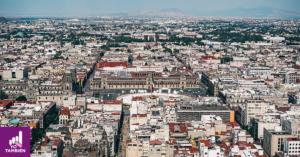 Fotografía aerea del centro de la ciudad de mexico, en el centro de la foto se alcanza a ver palacio nacional frente a la explanada del zocalo