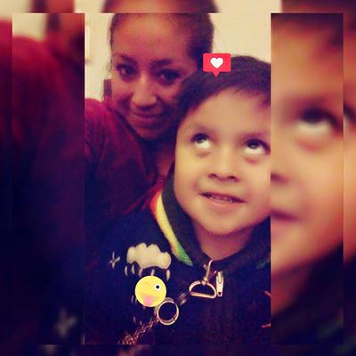 Selfi de Marisol y su hijo santiago en la fotografía ella está detras de su hijo sonriendo mientras santiago ve haca arriba y sonrie
