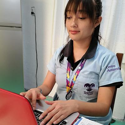 Fotografía de Jadira Xochiale trabajando en su computadora
