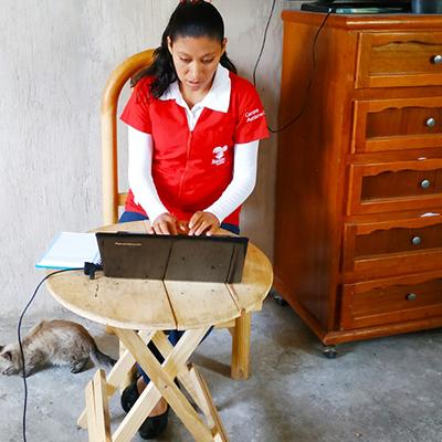 Fotografía de Rocío Cruz trabajando en su computadora