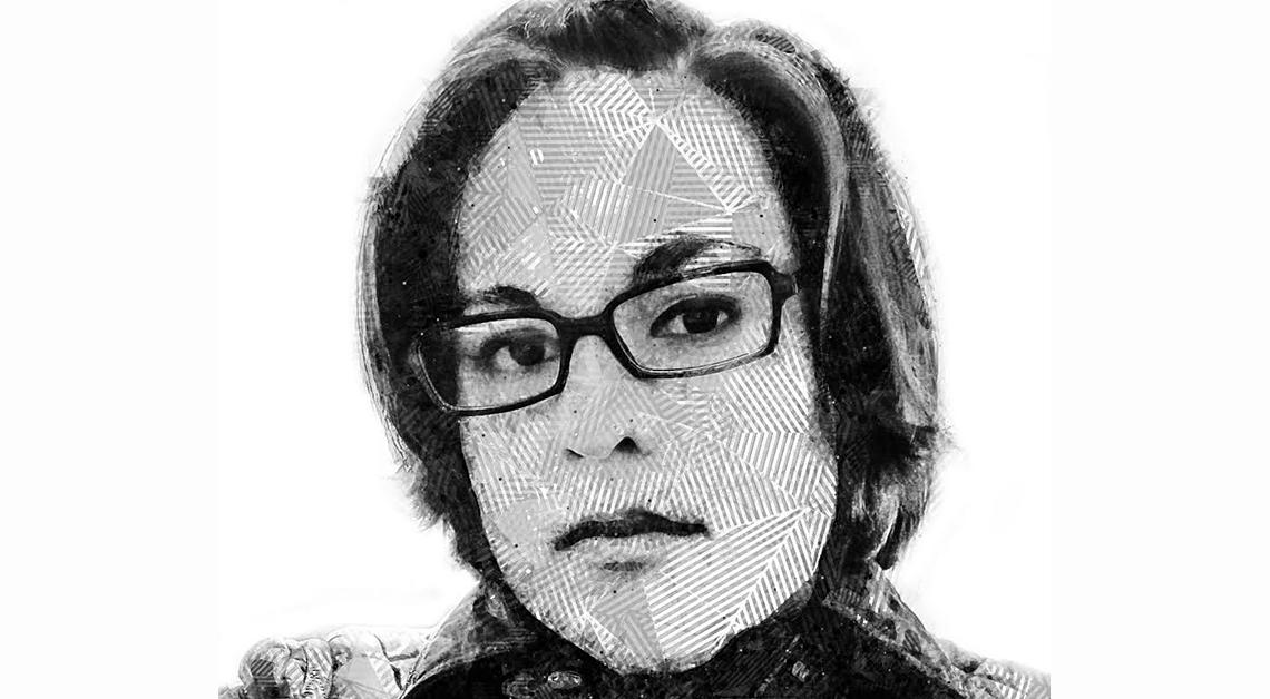 Dibujo del rostro de Iztel Hermilda, esta usando unos lentes negro, está seria y esta mirando de frente.