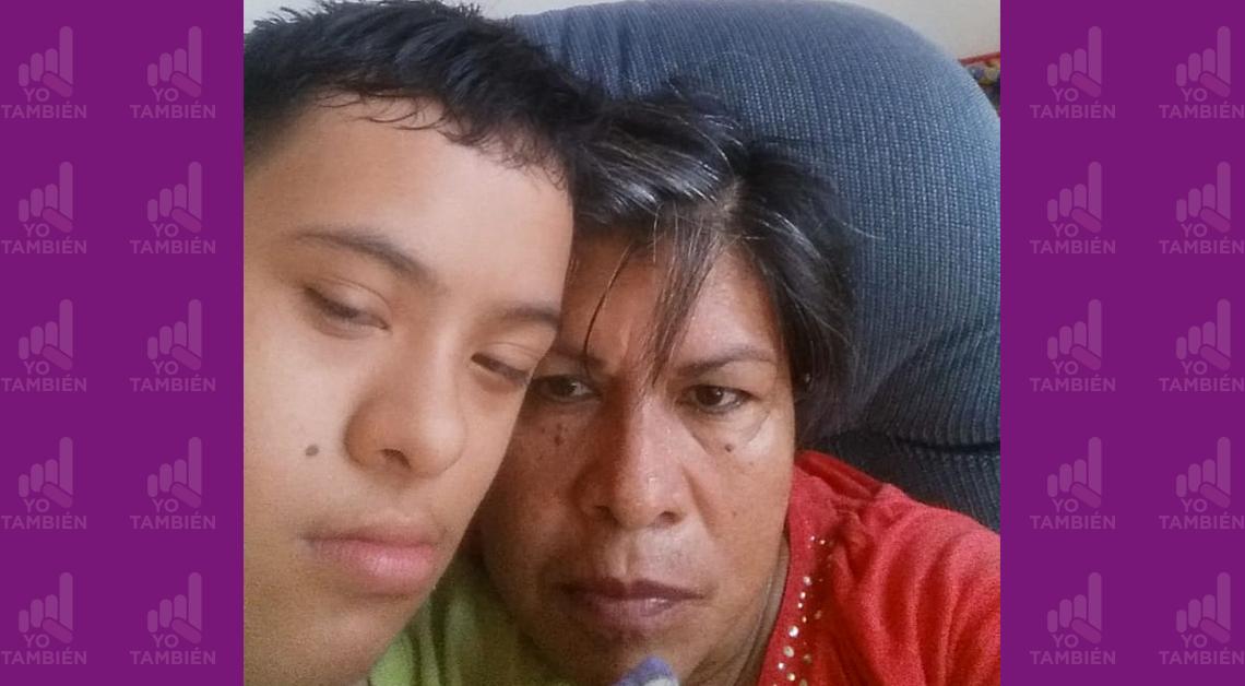 Fotografía de los rostros de una mujer y su hijo con síndrome de down