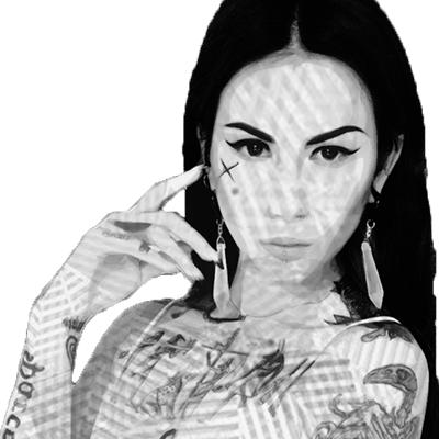 Fotografía del rostro de Matilda, tiene los ojos cerrados, su rostro esta orientado hacia la izquierda y  tiene un tache tatuado en su pómulo derecho