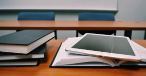 fotografía de unos libros sobre un escritorio de madera
