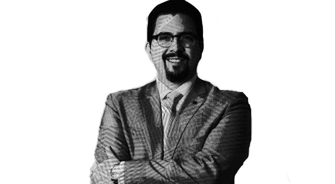 Fotografía de Adalberto Méndez López sonriendo y con los brazos cruzados.