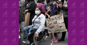Mujer en silla de ruedas con cubrebocas