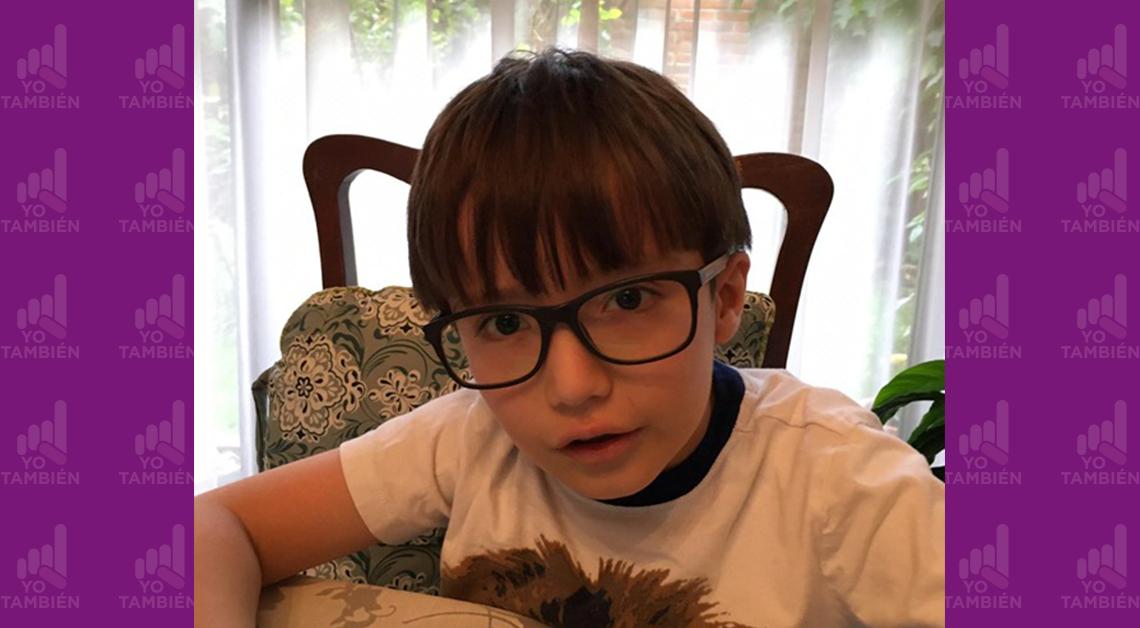 Foto de Pablo a los seis años y medio de edad. Aparece sentado en el comedor de su casa. Lleva lentes y mira a la cámara.