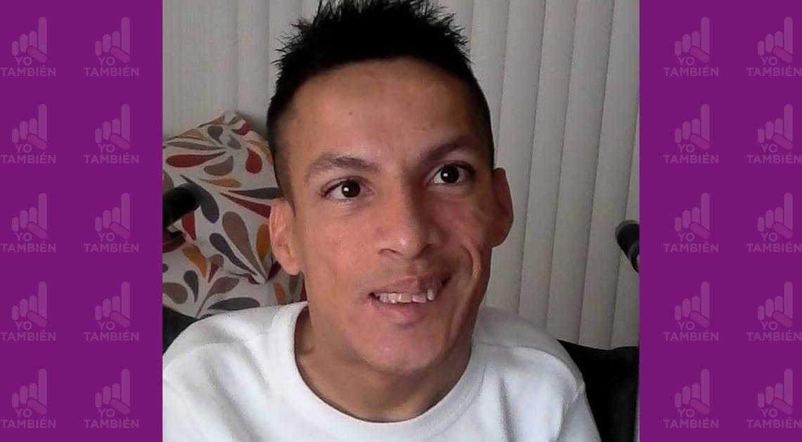 Fotografía del rostro de José sonriendo, ve directamente a la cámara y viste una playera blanca.