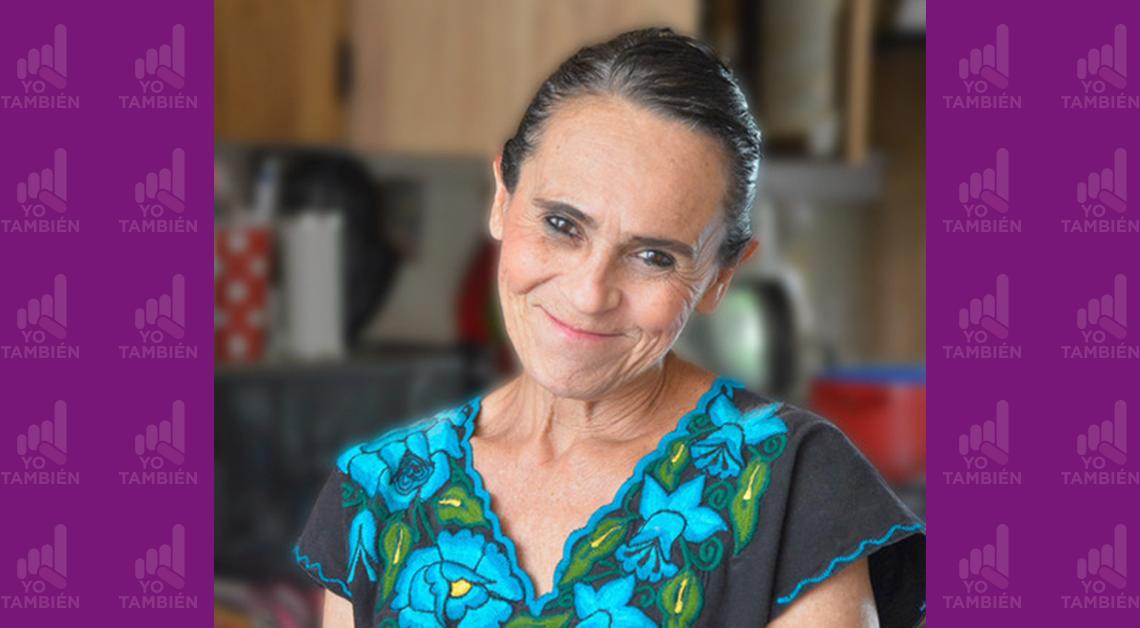 Fotografía del rostro de Rocío sonriendo, viste una blusa negra con flores azules.