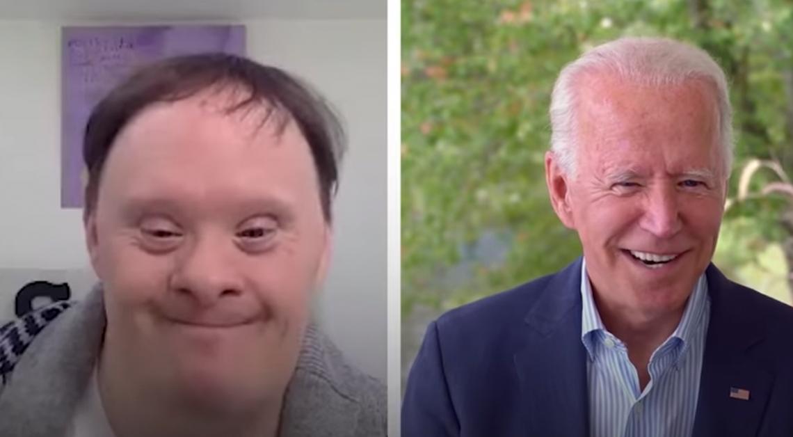 Fotografía de los rostros del presidente electo de estados unidos, Joe Biden y Rick durante una video llamada, ambos estan sonriendo, detrás de Rick un dibujo en una hoja morada y detrás de Joe un árbol.