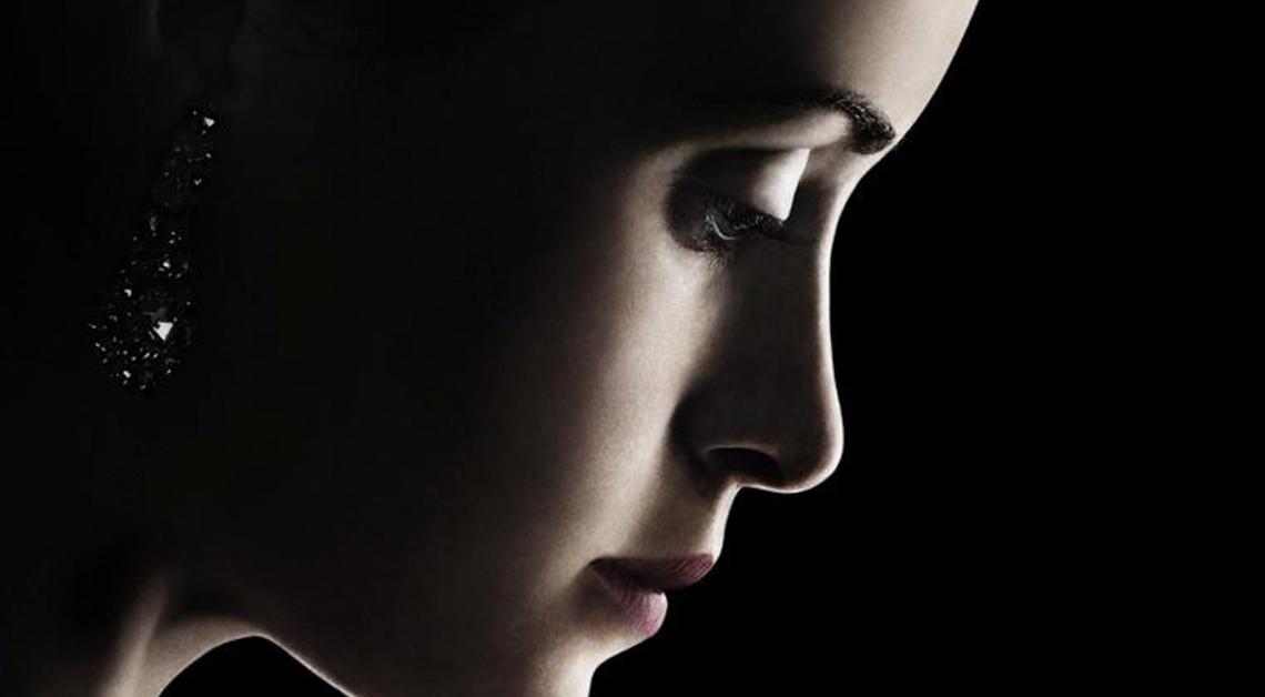 Fotografía del rostro de una mujer de perfil viendo hacia abajo.