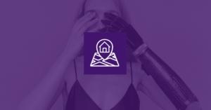 Fotografía de una mujer con una prótesis en su brazo izquierdo tapándose la cara con su mano derecha y su prótesis, frente a ella un ícono de un mapa.