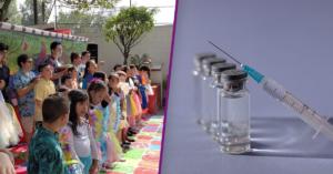 Fotografía de el patio de una escuela donde se encuentran los estudiantes disfrazados realizando una coreografía frente a los padres de familia. Fotografía de una jeringa y cuanto envases de medicina sobre una mesa color azul oscuro.
