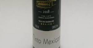"""Fotografía de una botella de vino con una etiqueta negra con el nombre del vino y otra etiqueta blanca con el texto """"Tinto Mexicano""""."""