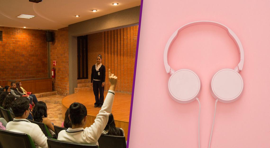 Fotografía de un salón de clases con paredes de ladrillo, al centro está la profesora, vestida con un pantalón negro, un suéter del mismo color y blusa blanca. Frente a ella hay una hilera de alumnos sentados, uno de ellos tiene el brazo levantado. Fotografía de unos audífonos color rosa sobre una mesa.