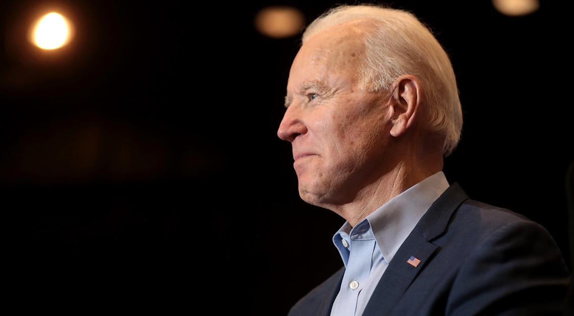 Fotografía de perfil de Joe Biden sonriendo.