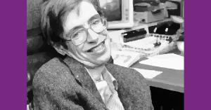 Ilustración en blanco y negro del rostro de Stephen Hawking sonriendo con su silla de ruedas detrás de el.