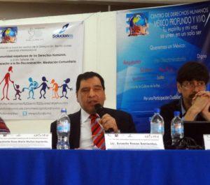 Fotografía de Ernesto Rosas en conferencia.