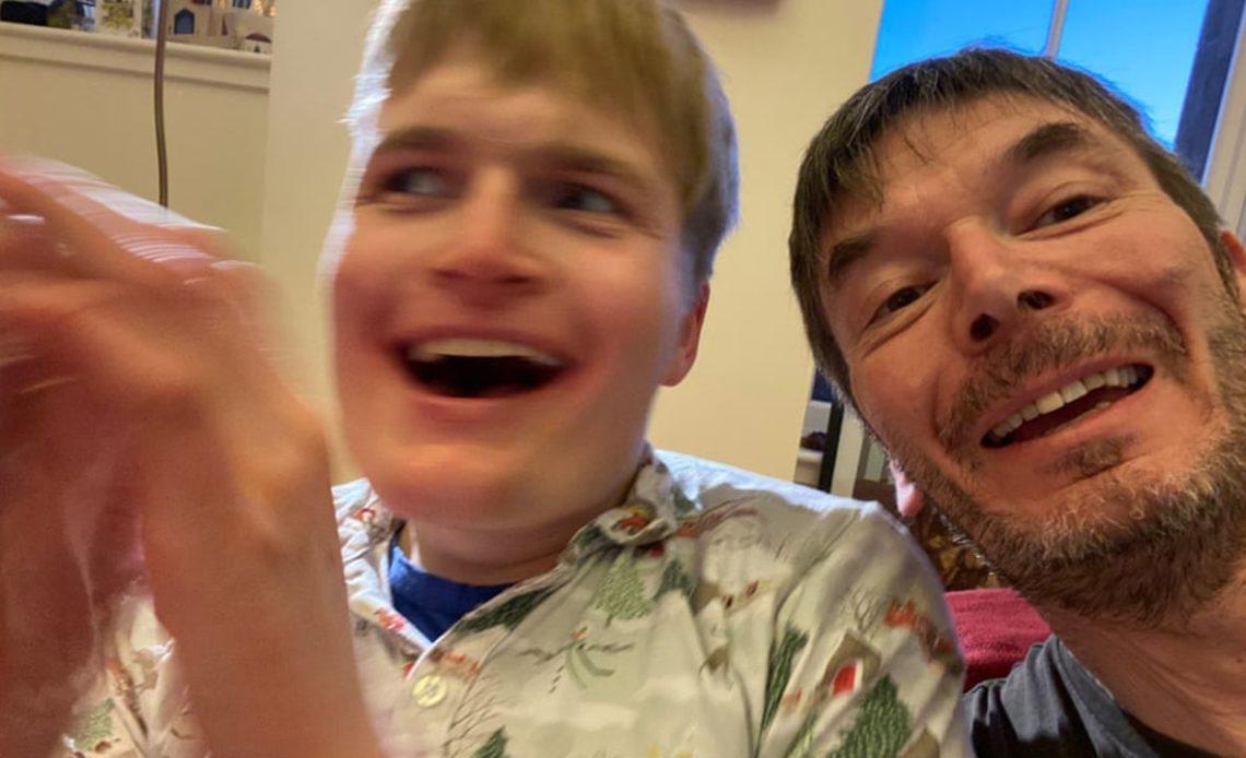 Fotografía de Ian Rankin con su hijo Kit, ambos sonriendo frente a la cámara.