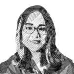 Fotografía a blanco y negro, formada por líneas del rostro de Katia D'Artigues, una mujer de mediana edad que utiliza anteojos y aparece de frente, sonriendo a la cámara.
