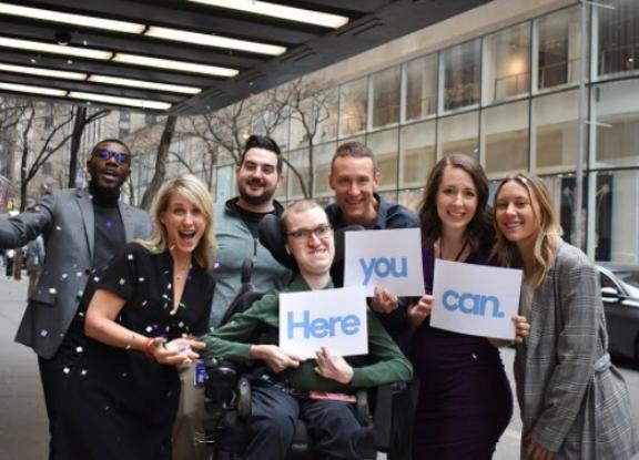 Fotografía de un equipo de actores de NBCUniversal, uno de ellos tiene discapacidad motriz.