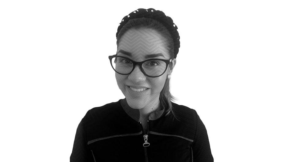 Fotografía con efecto blanco y negro y un patrón de líneas transparentes sobre el rostro Cynthia Karina Figueroa Cazarez, una mujer de edad adulta que está utilizando lentes y una diadema gruesa con detalles de perla sobre su cabello.
