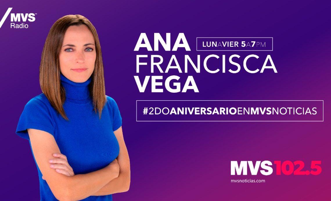 Fotografía de Ana Francisca Vega, conductora de MVS Radio, una mujer joven de ojos azules, cabello castaño hasta el hombro, con los brazos cruzados y playera color azul rey.