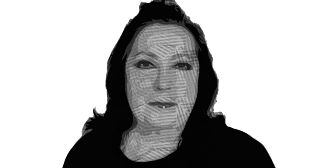 Fotografía con efecto crom del rostro Editorial por Débora Montesinos, una mujer de mediana edad con el rostro ovalado, labios chicos, ojos pequeños, cabello a la altura de los hombros, que aparece en la fotografía con el rostro sonriente.