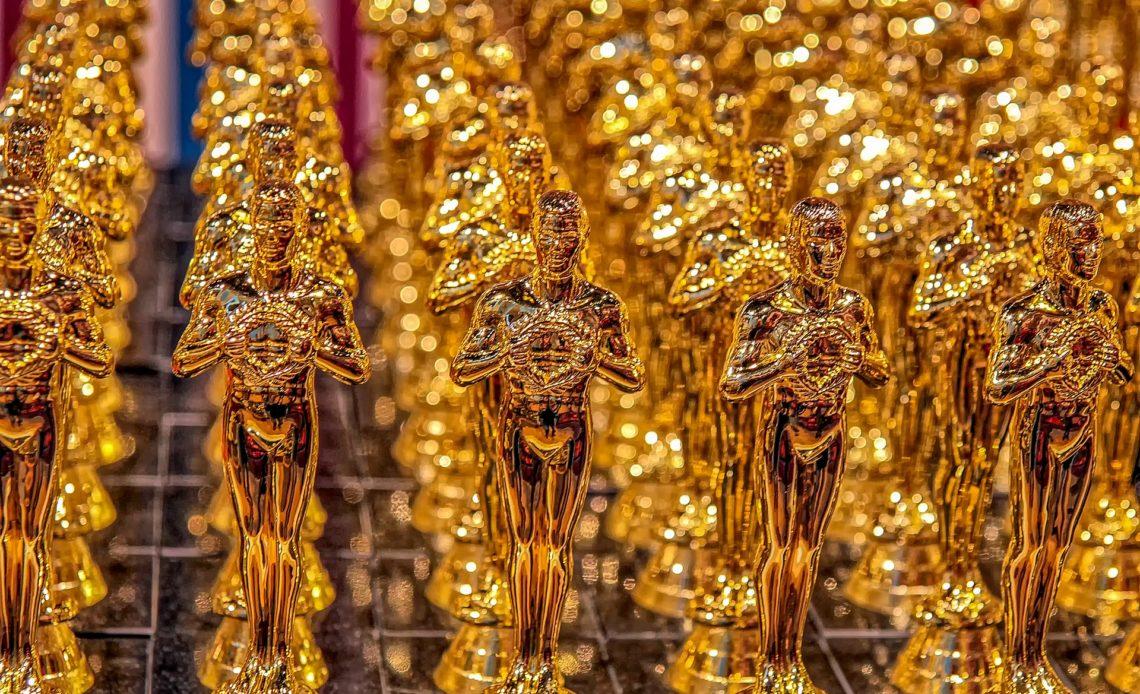 En la fotografía aparecen hileras estatuillas doradas llamadas Oscar, que se utilizan para premiar a lo mejor del cine.