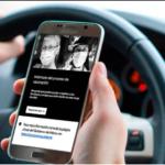 Fotografía de las manos de una persona sosteniendo un teléfono celular mientras está dentro de su automóvil sosteniendo el volante, en la pantalla del teléfono aparece una imagen de la plataforma de Uber con dos fotografías de mujeres a blanco y negro, sus rasgos no se alcanzan a distinguir.