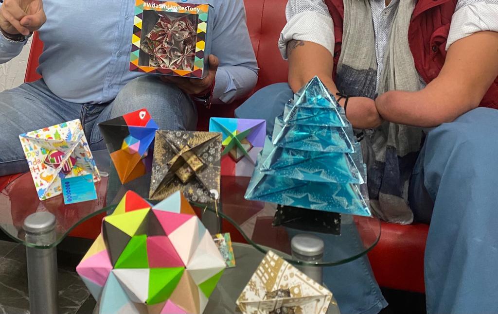 Figuras con papel Origami de color azul, representando un pino de navidad.