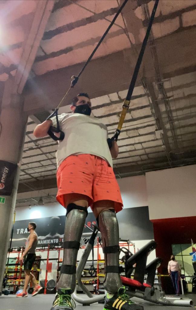 Fotografía de Jesús Antonio Valdés haciendo ejercicio. Se aprecian las prótesis inferiores que usa.