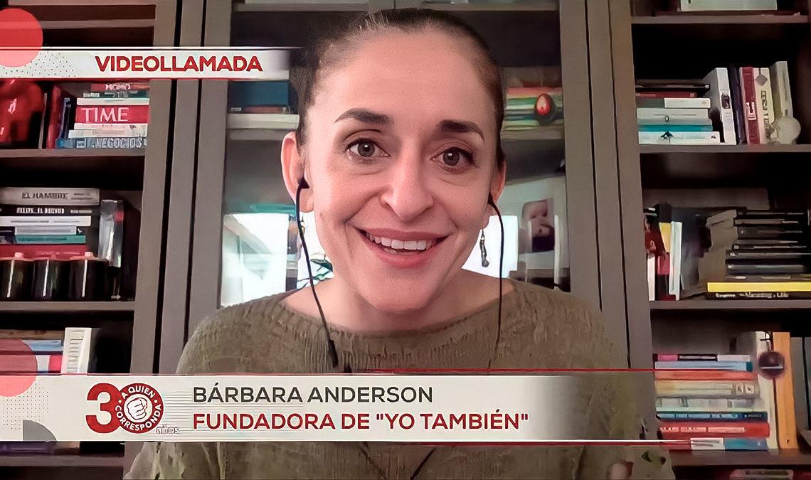 Fotografía de Bárbara Anderson, una mujer de edad adulta, cabello color rubio recogido, ojos grandes de color verde, aparece sonriendo frente a la cámara en una videollamada. Texto en la pleca de la imagen: Bárbara Anderson Fundadora de Yo También.